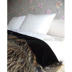 narzuta z imitacji piór bażanta brązowo czarna na łóżku