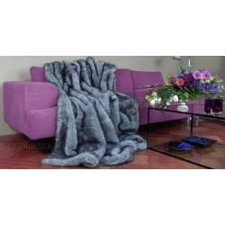 koc sztuczne futro srebrnego lisa leży na kanapie kolor: srebrny / szary