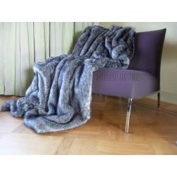 futrzany koc ze sztucznego futra srebrnego lisa leży na sofie kolor: srebrny / szary